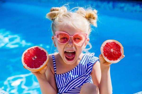 Παιδάκι με μαγιό στην πισίνα